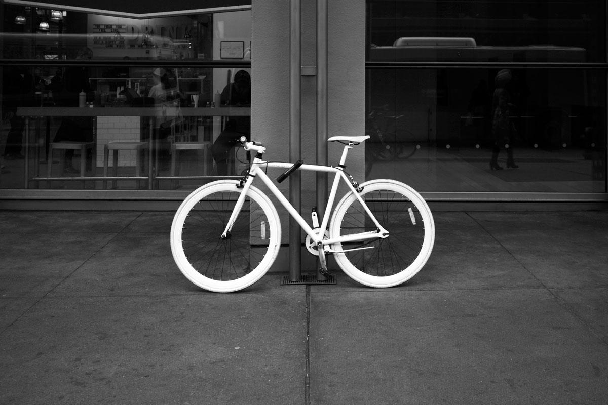 """Still"" com a EOS-M + EF-M 22mm f/2 STM em f/2.8 1/250 ISO200; melhor fotografar a bike parada se depender do AF da EF-M 22mm f/2 STM."