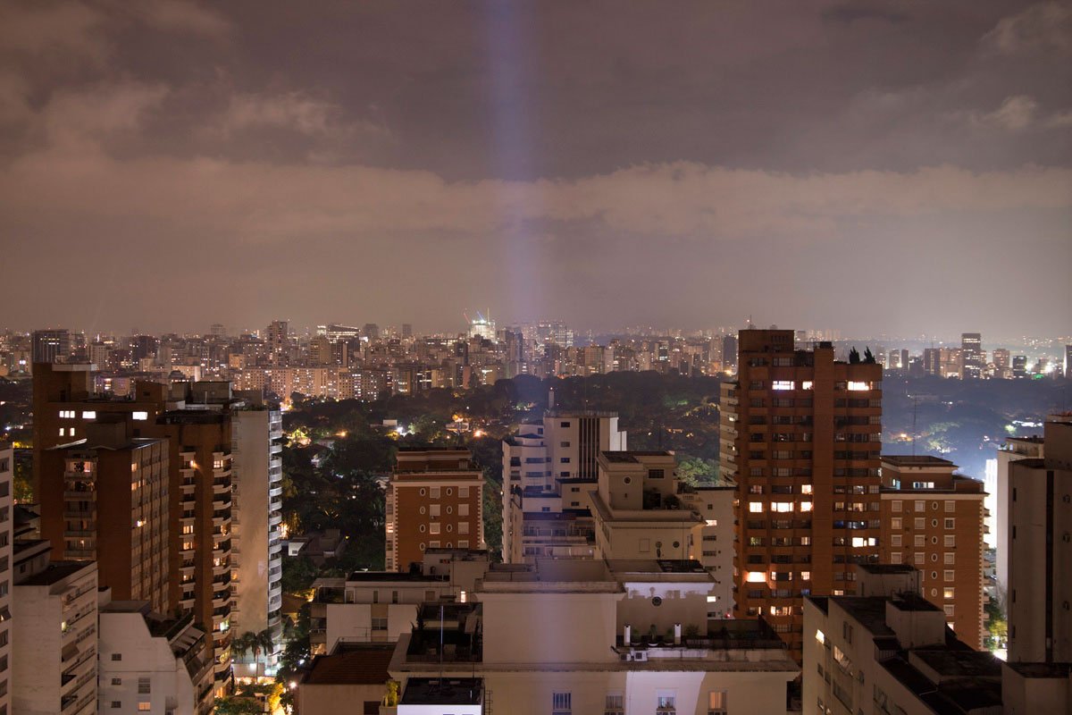 """""""Cidade"""" com a EOS M + Sigma 18-35mm f/1.8 DC HSM em f/1.8 1/3 ISO100 @ 24mm. Download raw."""