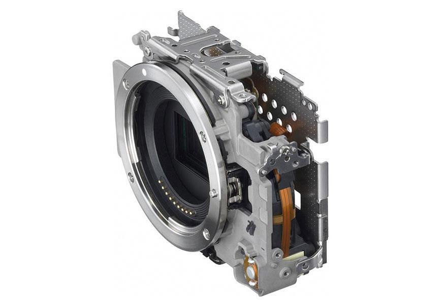 Estrutura interna da EOS M: resistência e portabilidade. [Créditos: Canon Japan]