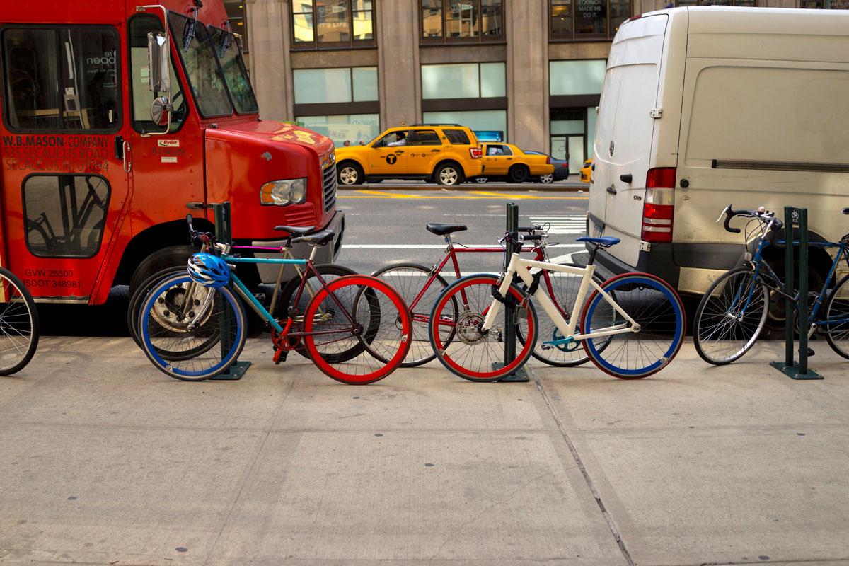 """""""bikes"""" em f/2.8 1/640 ISO100; qualidade das cores é destaque no conjunto óptico."""
