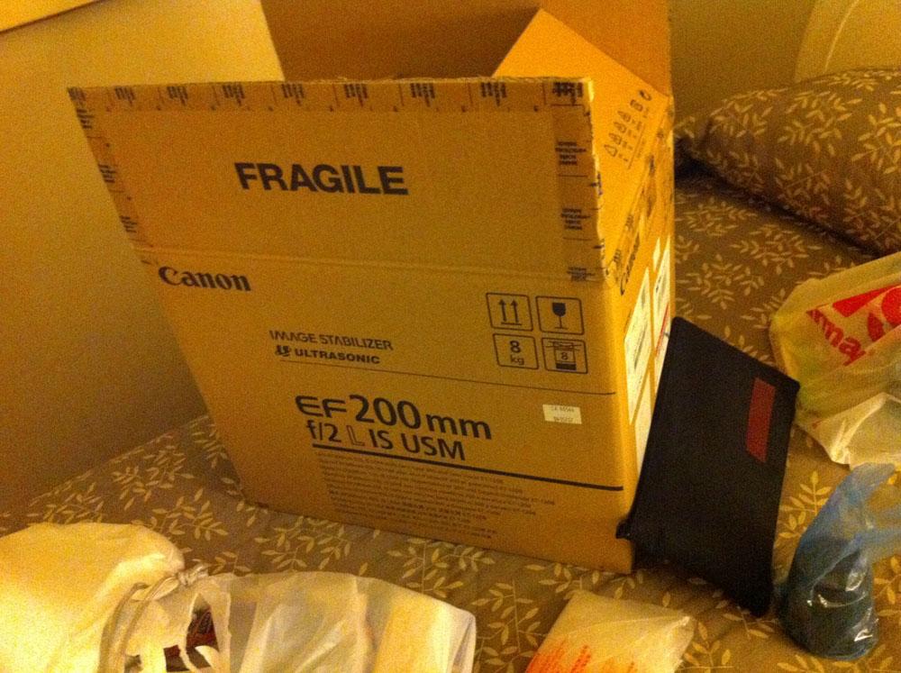 A caixa original da EF 200mm f/2L IS USM; notem que eu economizei no hotel pra comprar a lente. :-D