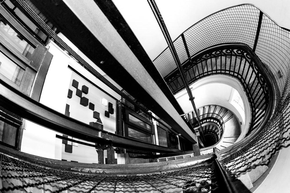 """""""Escada"""" com a EOS 5DII + EF 15mm f/2.8 Fisheye em f/71. 1/15 ISO800. Debruçados sobre a grade conseguimos uma composição dramática desta escada."""
