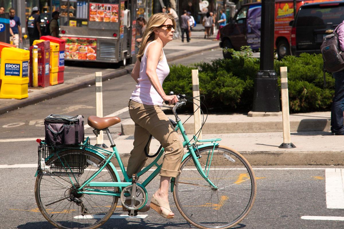 """""""Mulher na bike"""" em f/8 1/350 ISO100 @ 105mm; telephoto também é útil para candids."""