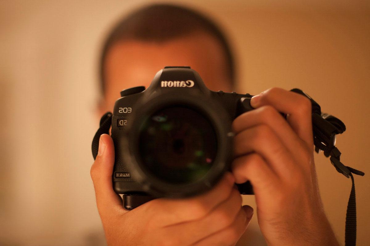 """""""Auto-retrato"""" at f/1.2 1/125 ISO640; o mundo desaparece com a 85mm f/1.2L."""
