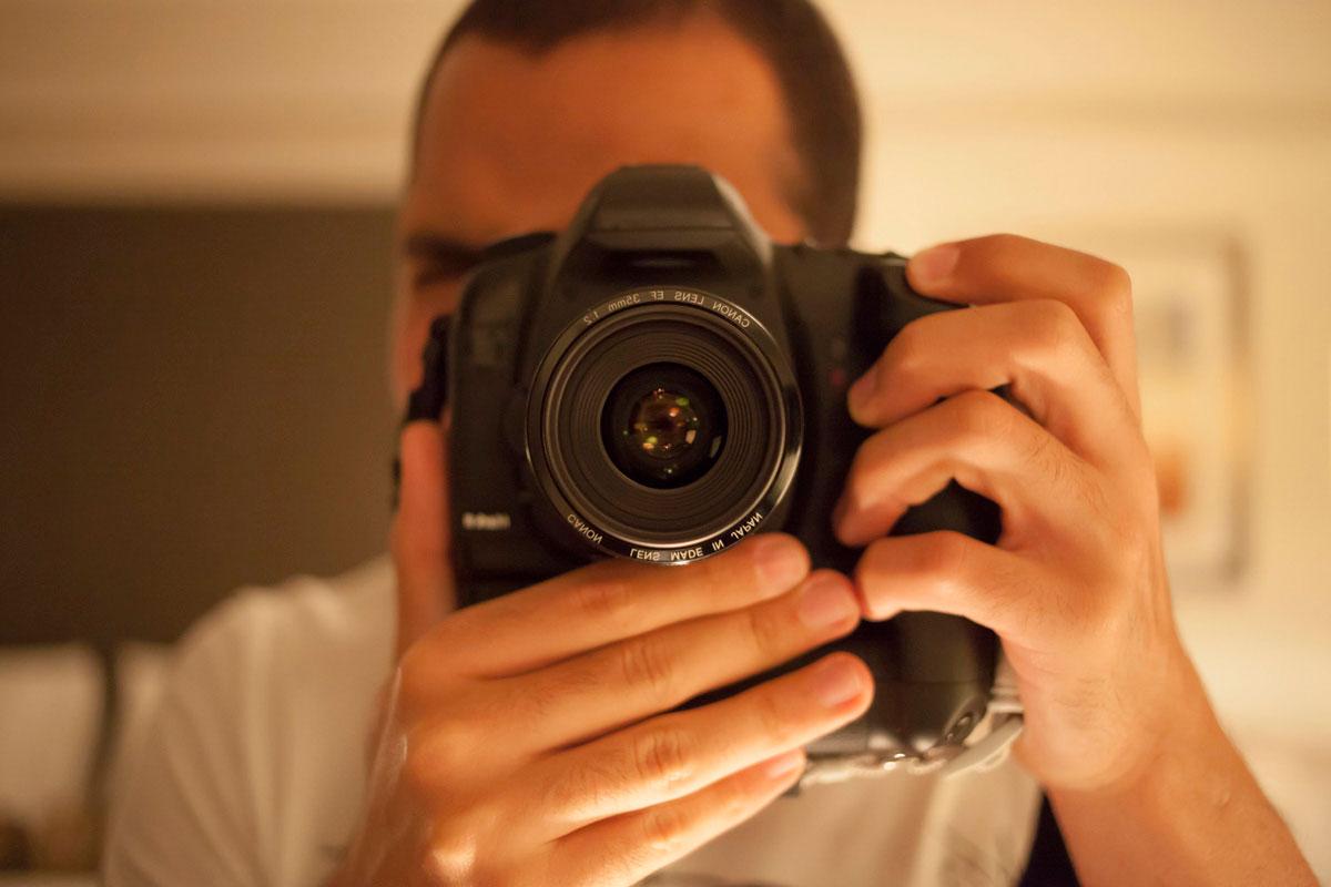"""Auto retrato"" em f/2 1/125 ISO3200. Meu primeiro click com a 35mm f/2, bokeh, bokeh, bokeh…"