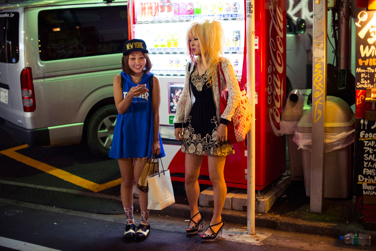 """Harajuku Girls"" at f/2 1/160 ISO1600; contraste aumenta fechando um stop."