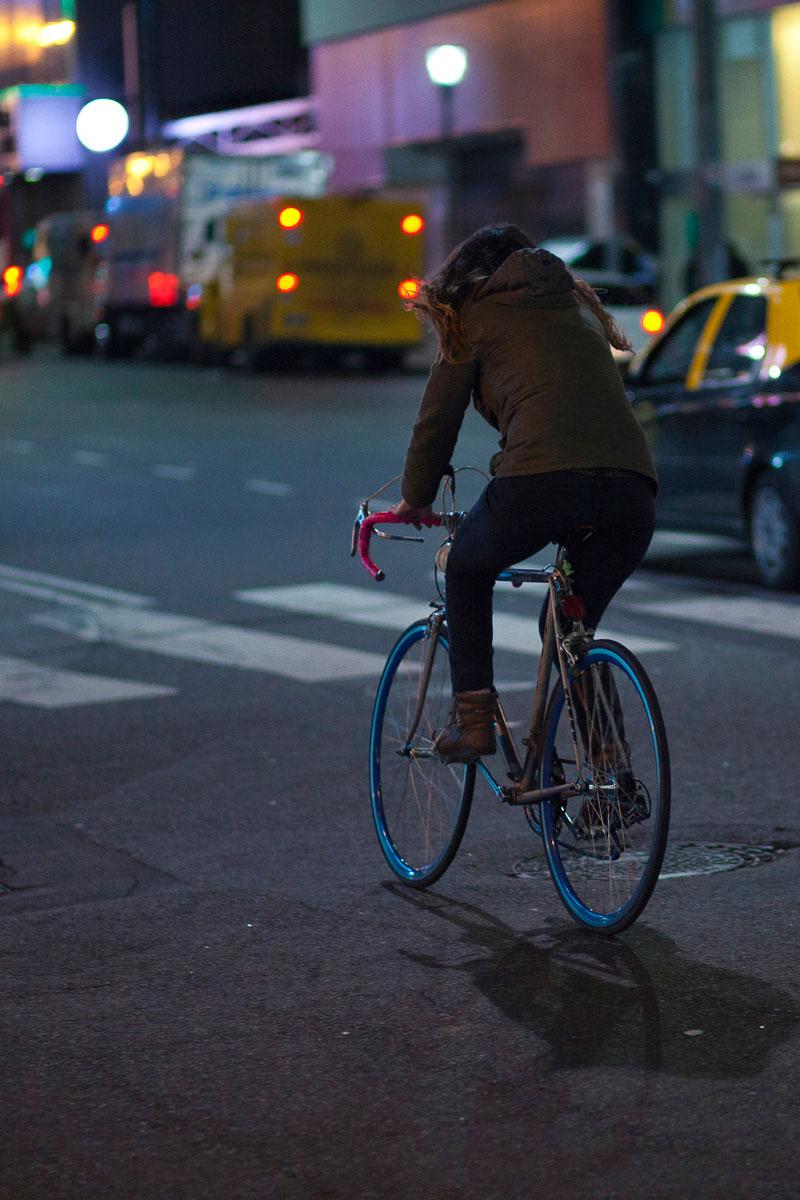 """""""Girl on bike"""" em f/1.8 1/250 ISO1600."""