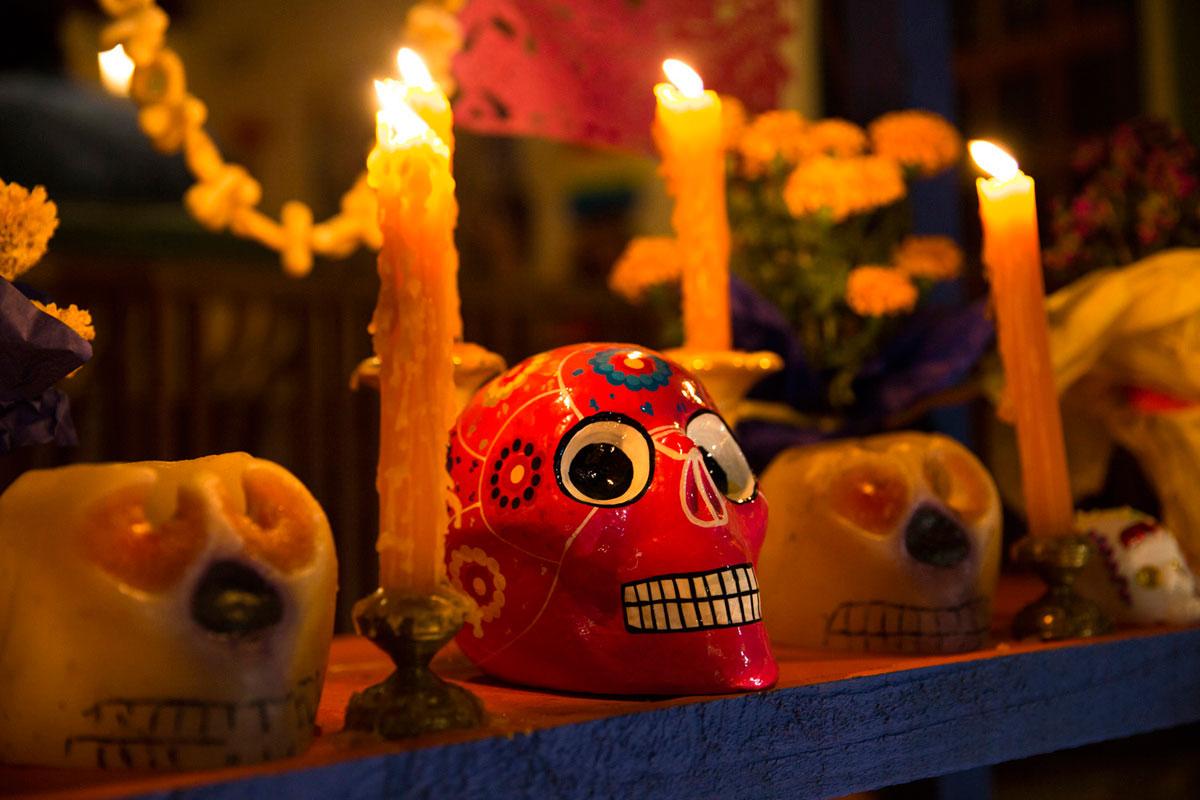 """""""Dia de muertos"""" em f/2.8 1/45 ISO640 @ 50mm; arquivo colorido praticamente direto da câmera."""