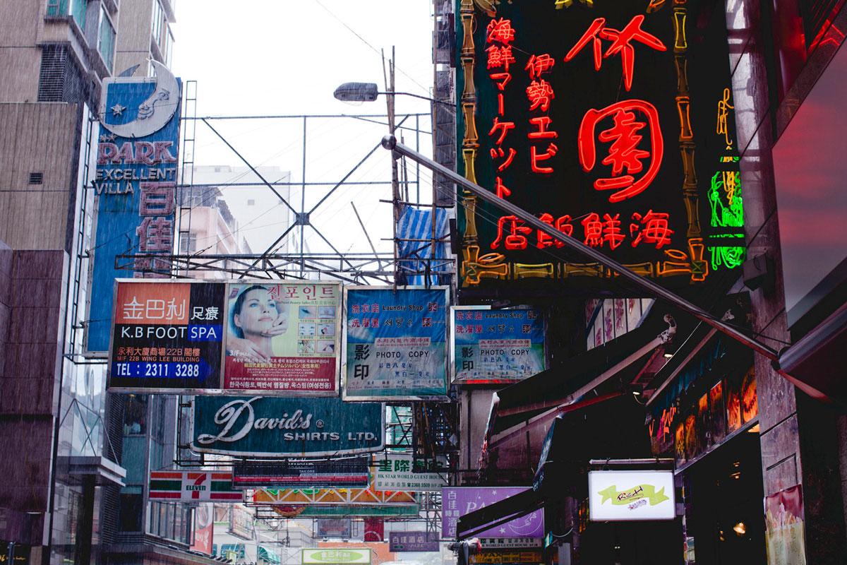 """SPA"" at f/5.6 1/125 ISO100, weather sealing é exigência para fotografar nas ruas de Hong Kong."
