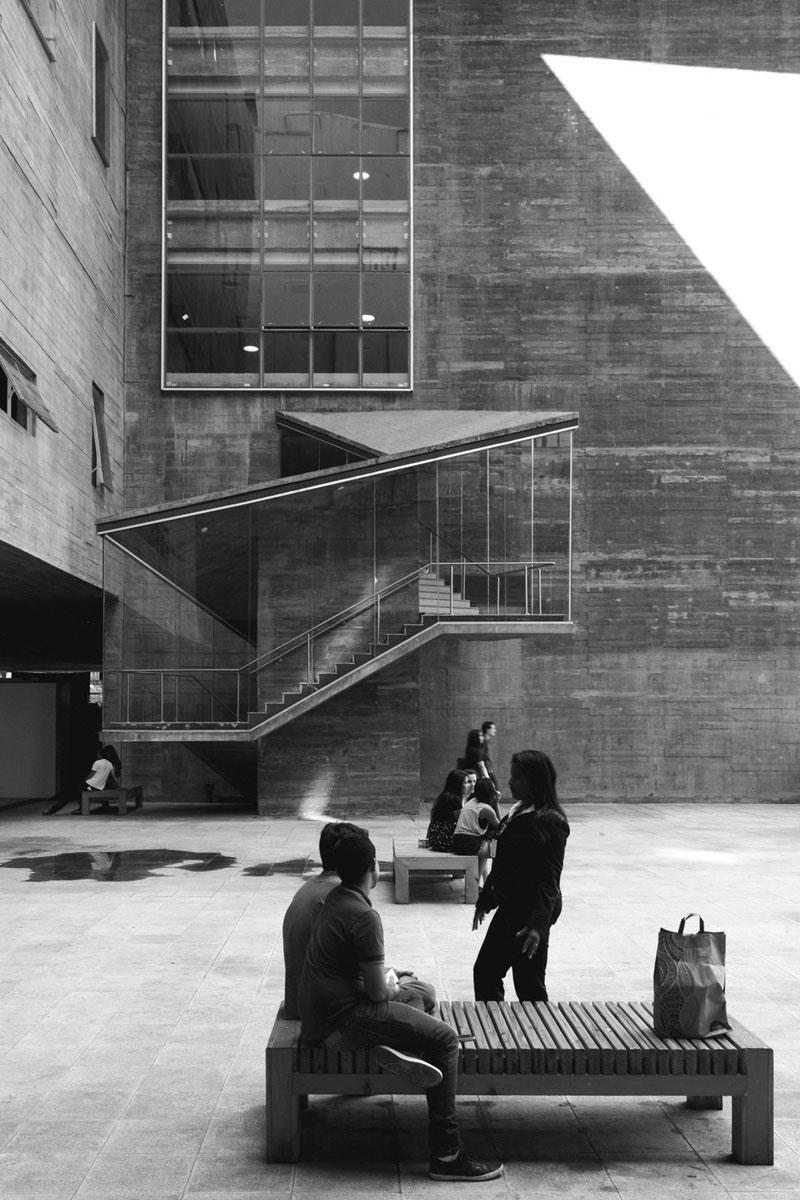 """""""Praças das Artes"""" em f/8 1/20 ISO100 @ 17mm; correção pesada de perspectiva via software. :-D"""