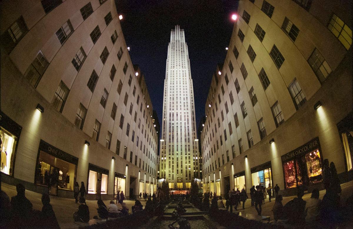"""""""Rockefeller Center"""" com a EOS ELAN 7E e EF 15mm f/2.8 Fisheye em f/2.8 1/100 ISO800; projeção fisheye."""
