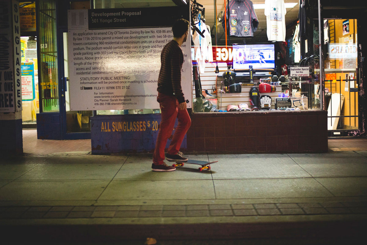 """Guy on skate"" em f/1.8 1/500 ISO3200."