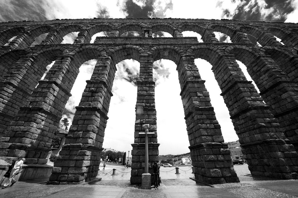 """""""El acueducto romano de Segovia"""" em f/8 1/90 ISO50 @ 12mm; distorção geométrica deixa as linhas um pouco tortas."""
