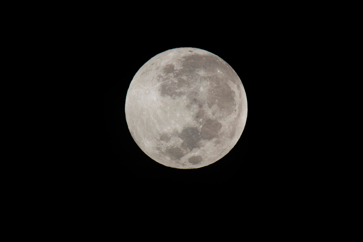 """Lua"" com a EOS 60D + EF 100-400mm f/4.5-5.6L IS USM + Extender 2X III em f/19 1/90 ISO200 @ 800mm."