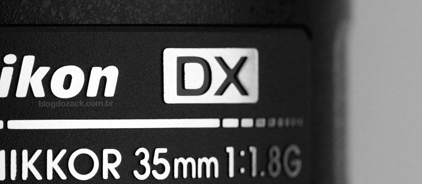 """Detalhe """"DX"""" da 35mm f/1.8G; este modelo só serve até os sensores APS-C, apesar de montar nas câmeras full frame."""