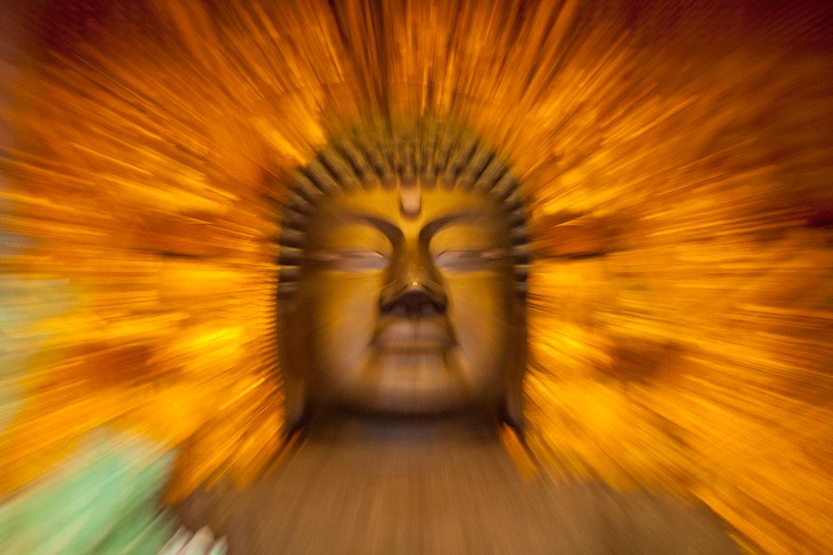 """""""Buddha"""" com a EOS 5D Mark II em f/5 1/4 ISO1250 @ 120mm. Efeitos criativos sem o tripé e só o estabilizador."""