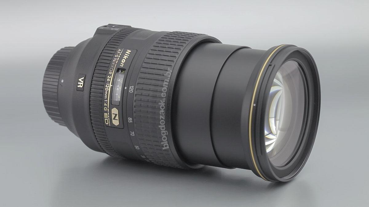 A 24-120mm é uma lente grande apesar da abertura conservadora.