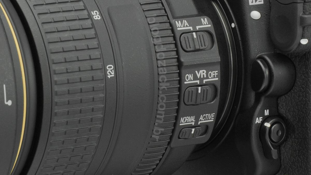 Botões ficam próximos da câmera, fáceis de operar com a mão esquerda.