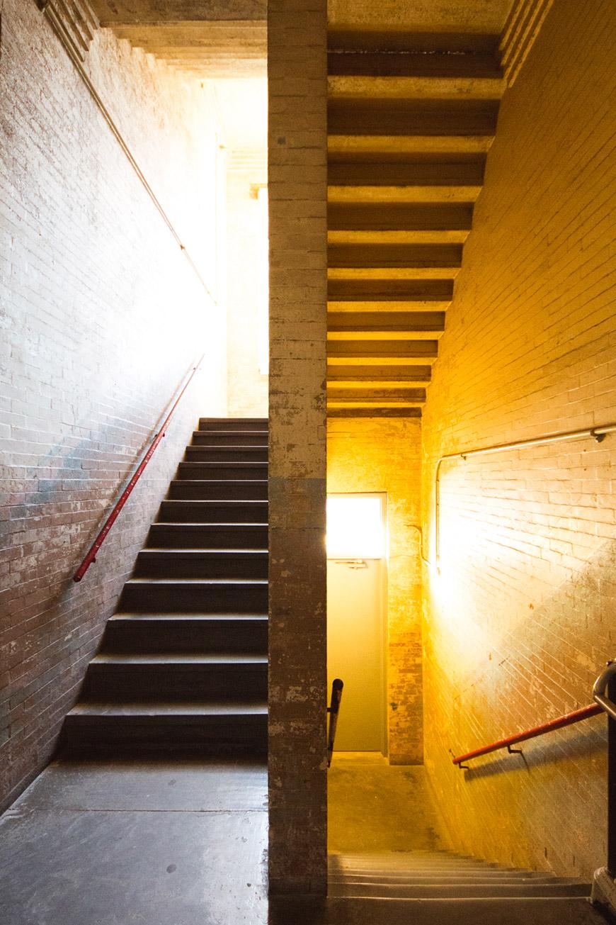 """""""Escadas"""" em f/4.5 1/20 ISO1600 @ 8mm; no restante você está bem."""