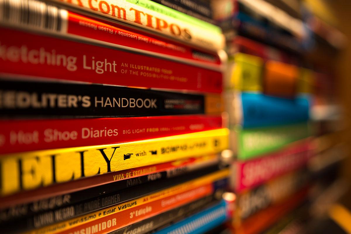 """""""Handbook"""" com a 6D + TS-E 24mm f/3.5L II em f/3.5 0.5"""" ISO100; movimento de tilt contrário a orientação dos livros: aparência menor do plano em foco, sem mexer na abertura. Raw disponível no Patreon."""