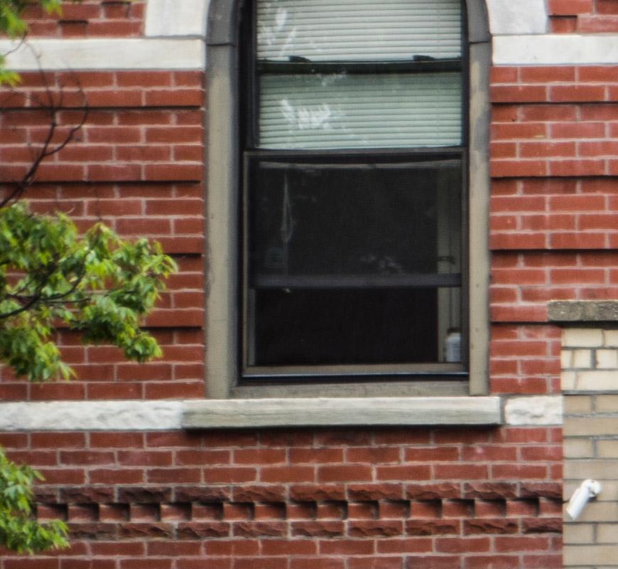 Crop 100%, note como ela é menos nítida no lado esquerdo que do lado direito da janela.