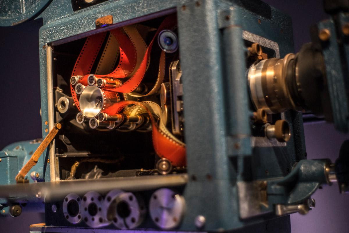 """""""Película"""" em f/1.8 1/40 ISO800; a tampa aberta até fica suave, próxima da distância mínima de foco."""