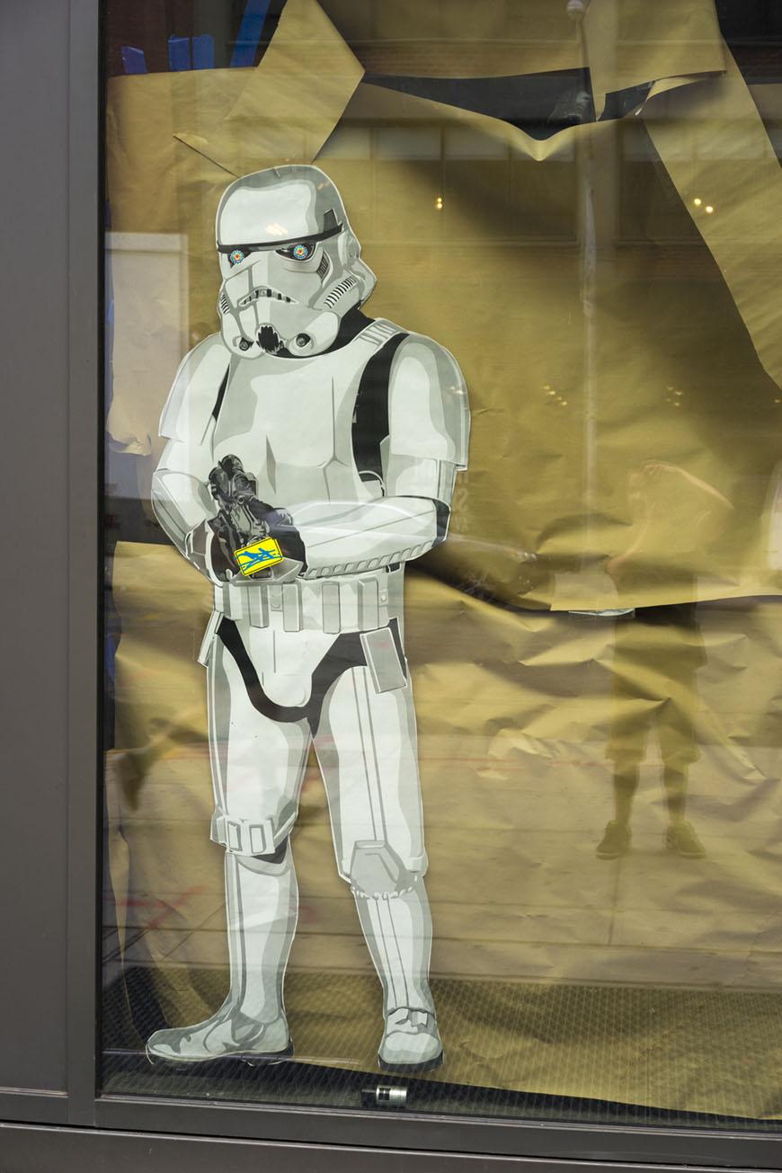 """""""Stormtrooper"""" em f/8 1/60 ISO200; papel craft esverdeado, cinza com vemelho… Que zona!"""