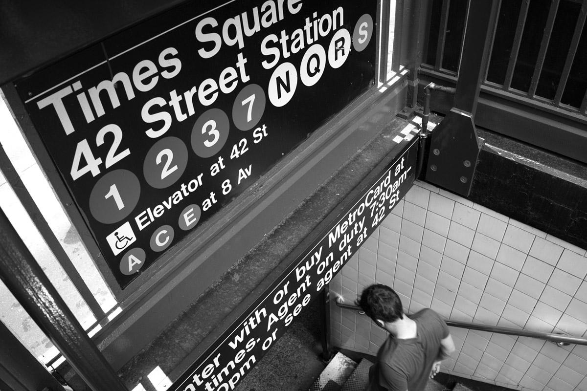 """""""Times Square"""" com a A7II + FE 28mm f/2 com f/8 1/60 ISO320; composição sobre uma grade, com LCD apontado para o fotógrafo."""