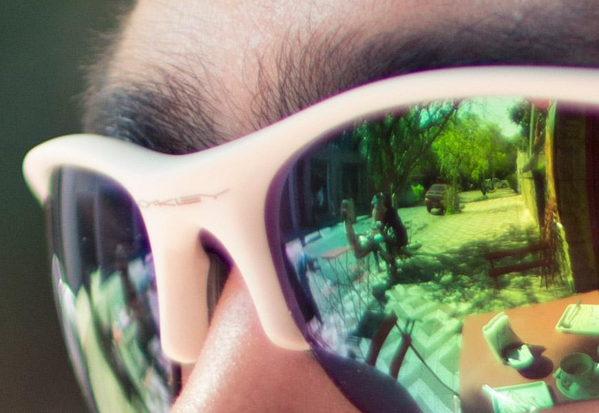 Crop 100%, esse óculos é só branco, ok? Mas detalhes nas sobrancelhas são bacanas.