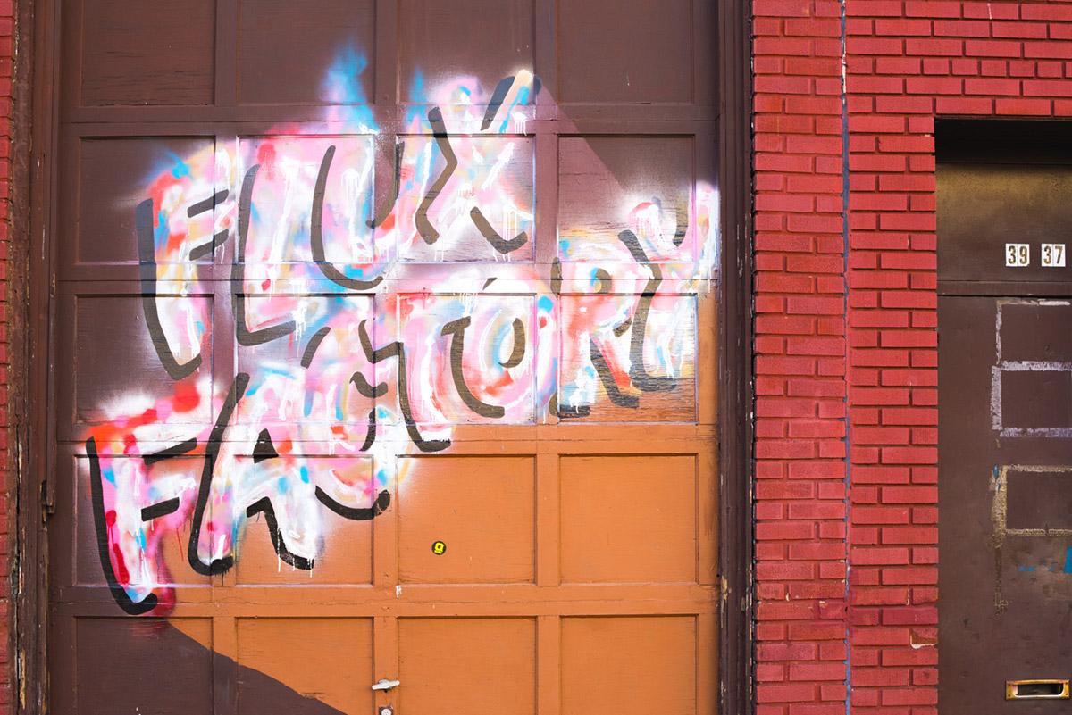 """""""Flux"""" em f/8 1/320 ISO900; note o portão e os tijolos entortando."""