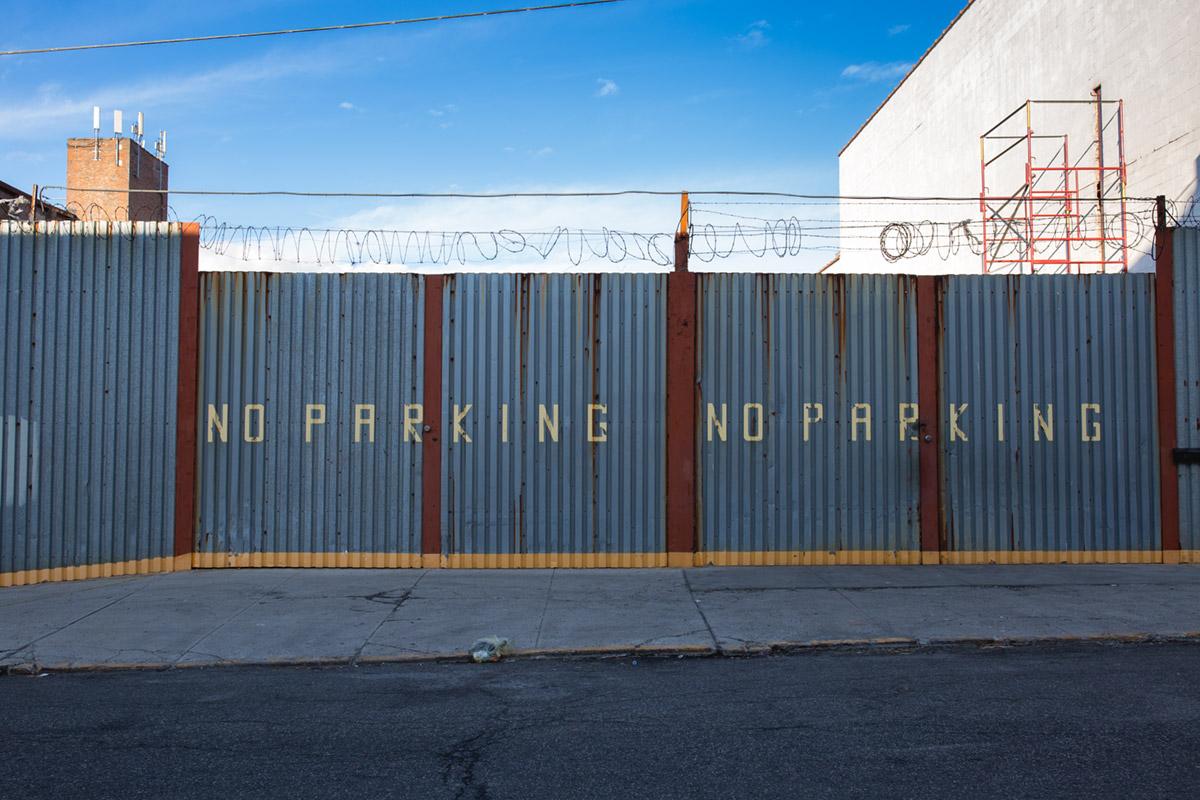 """""""NO PARKING"""" em f/8 1/80 ISO100."""
