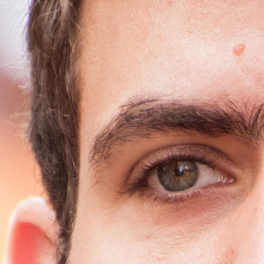Crop 100%, perfeição nos olhos mas os cabelos começam a parecer debaixo de uma lupa.