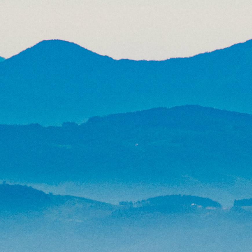 Crop 100%, mínima linha colorida na última montanha.