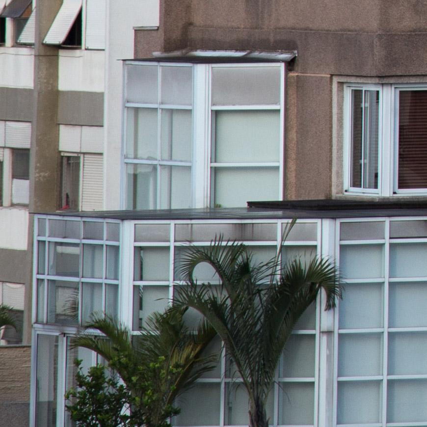 Crop 100%, linhas coloridas discretas nas janelas.