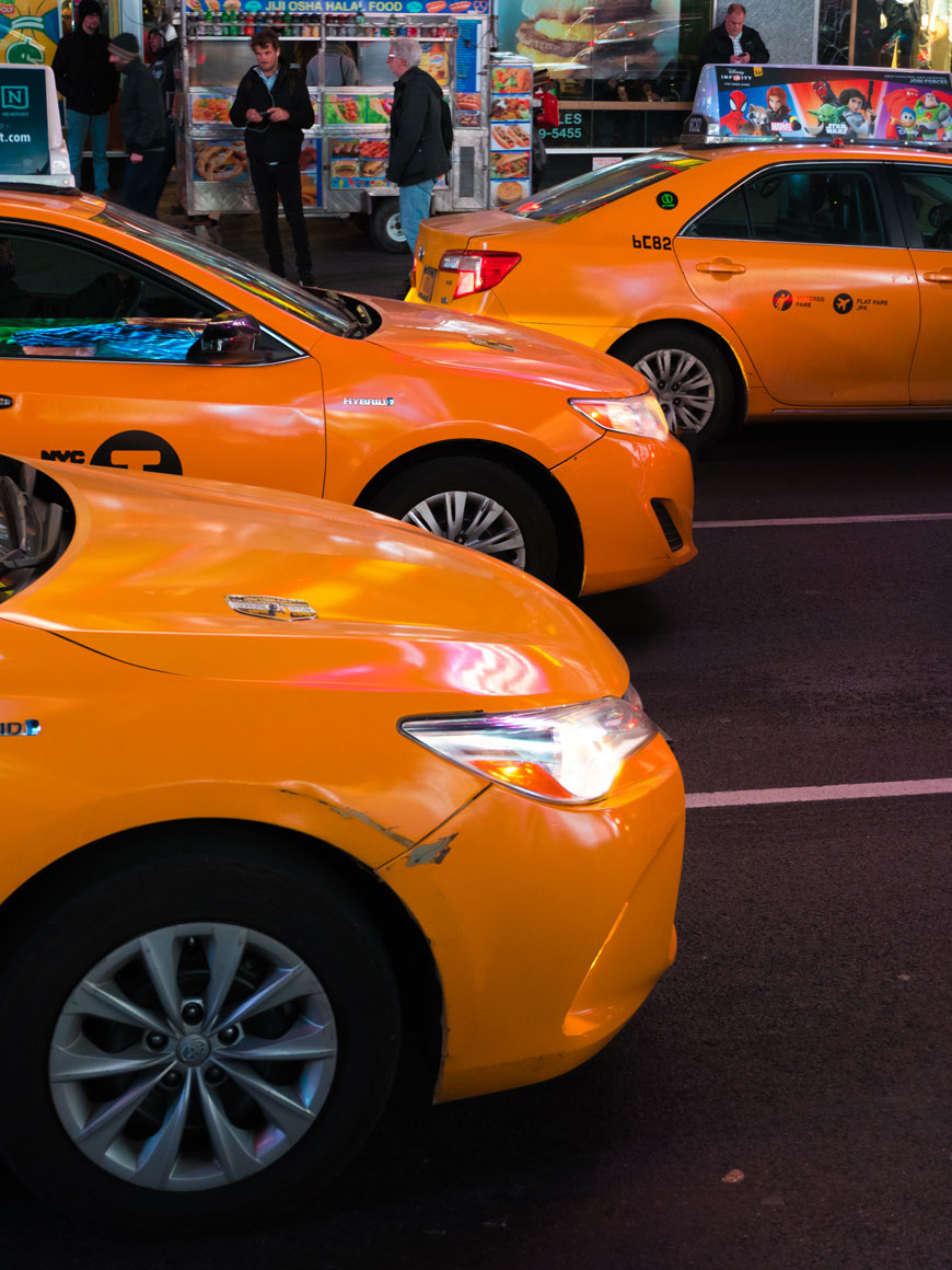 """""""Taxis"""" at f/5 1/60 ISO1600 @ 34mm; tente cores assim com o seu celular a noite, e boa sorte."""