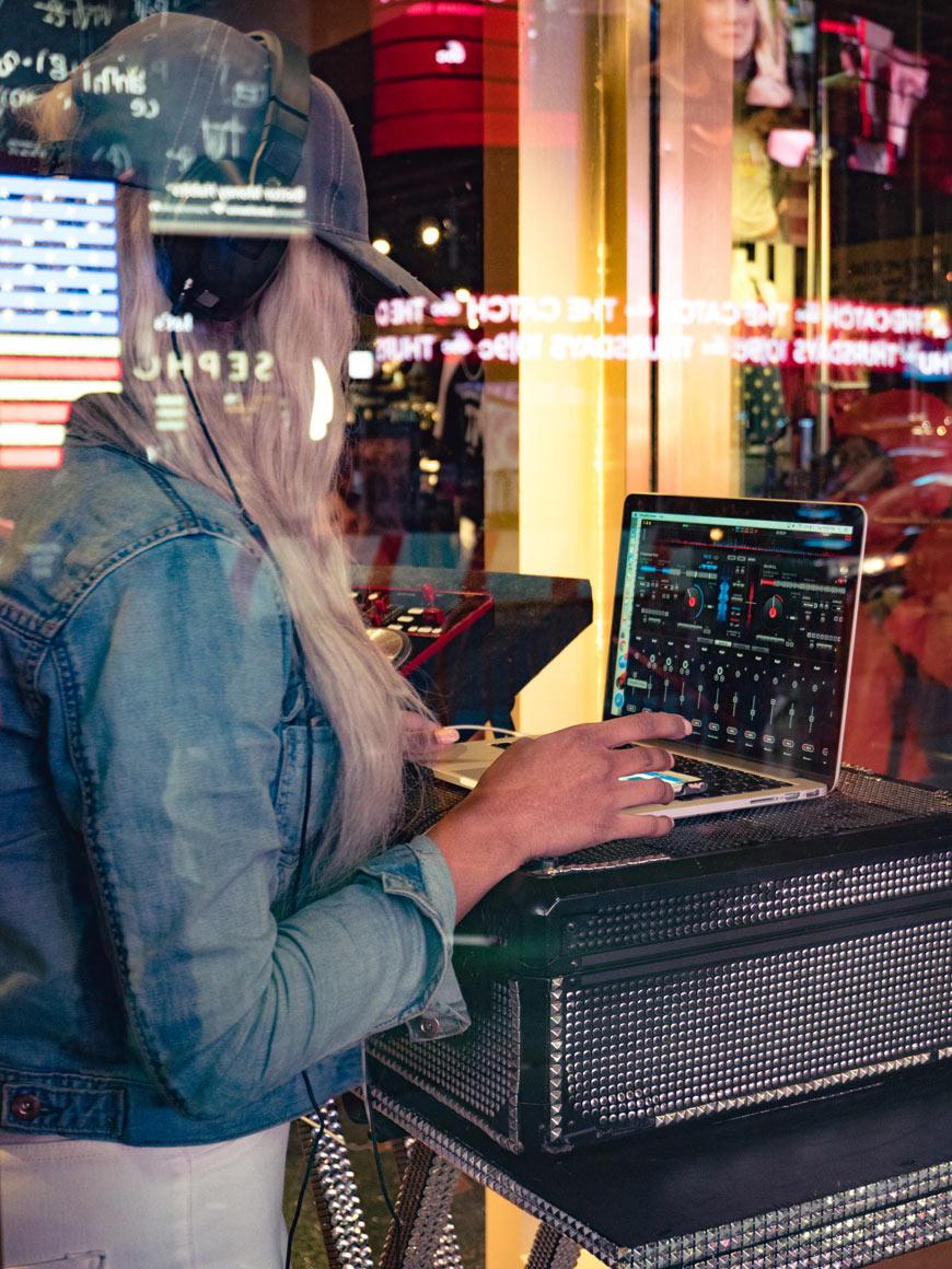 """""""DJ"""" at f/5 1/60 ISO2000 @ 30mm; a performance maravilhosa de uma câmera de sensor grande a noite. :-)"""