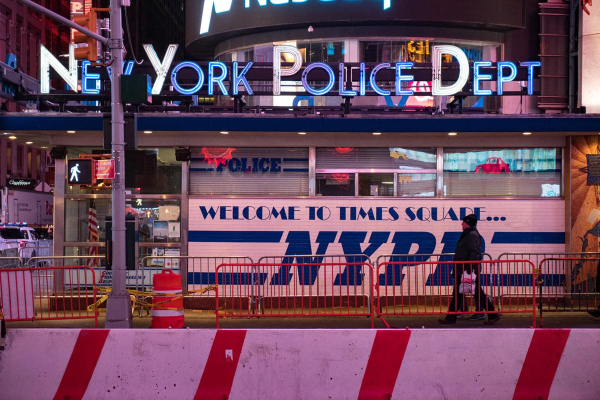 """""""NYPD"""" at f/5.6 1/80 ISO2000 @ 50mm; contraste praticamente perfeito com diferentes fontes de luz."""