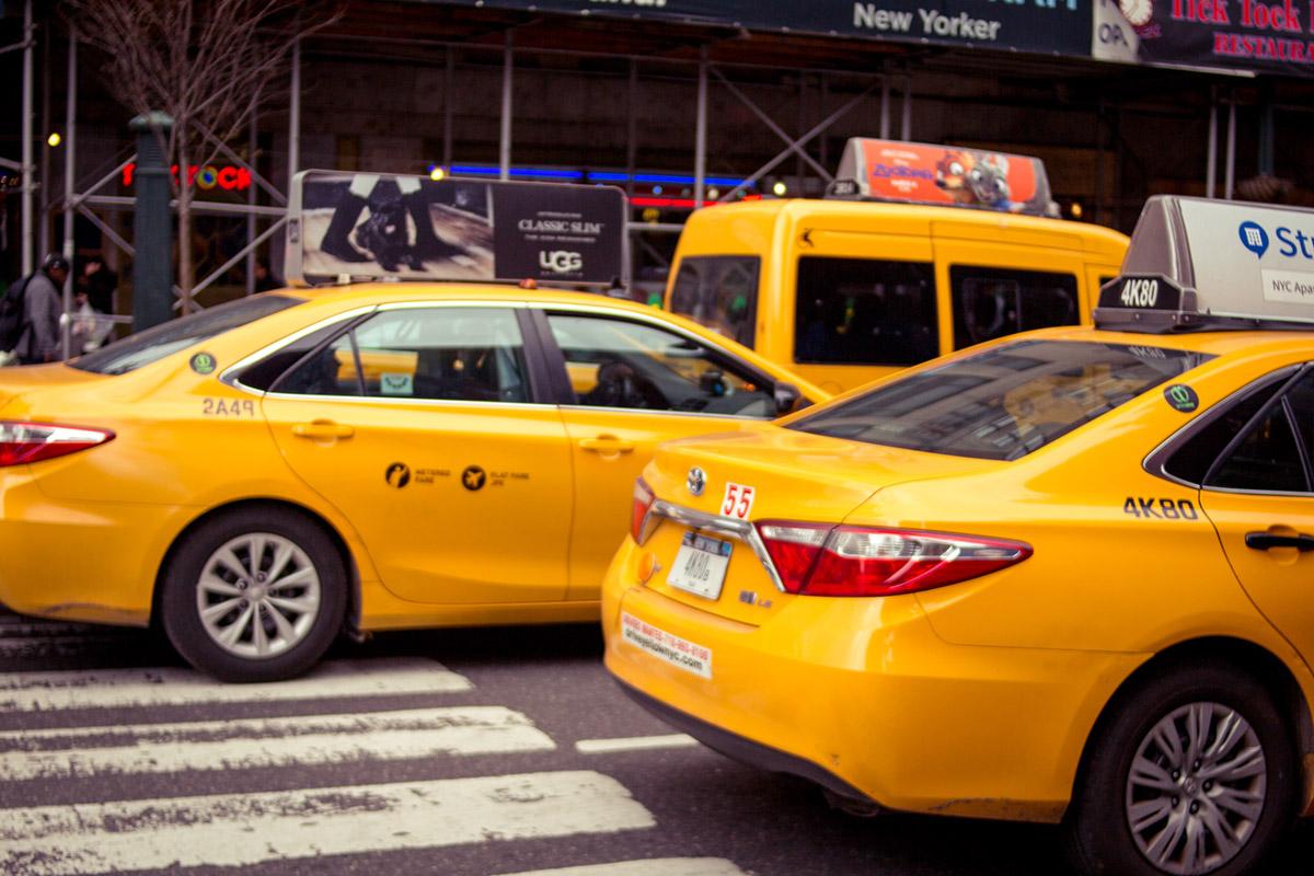 """Taxis fora de foco"" at f/2 1/1600 ISO100; cores neutras e fáceis de manipular via software."