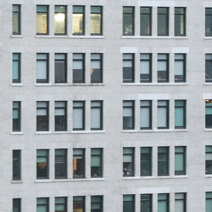 Crop 100%, mesmo em ISO1600 TODOS os tijolos do prédio são visíveis.