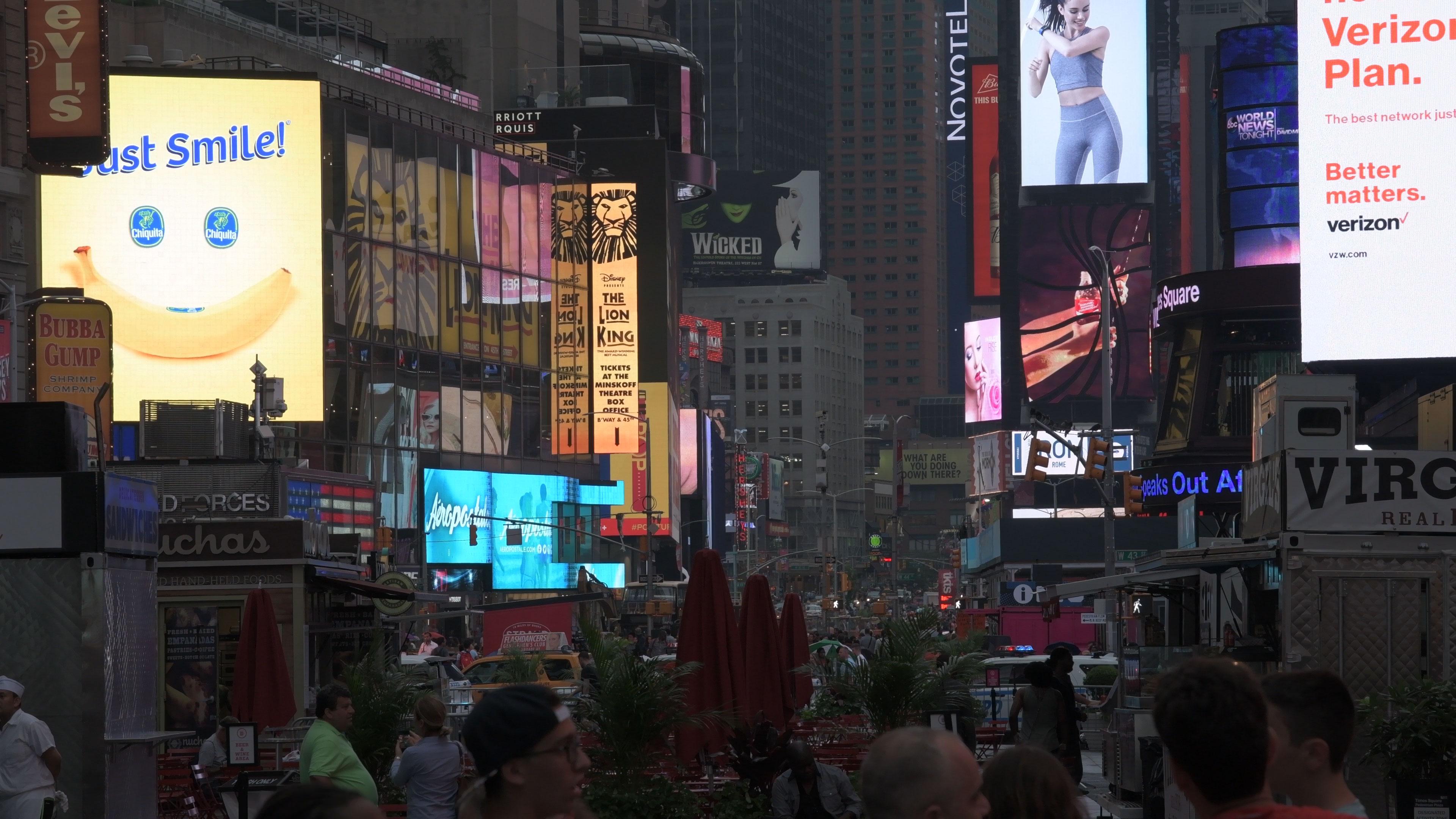 """""""Times Square"""" em 2160P em perfil Flat; embora não tão extremo quando o S-Log, o perfil preserva bem luzes e sombras; clique para ver maior."""