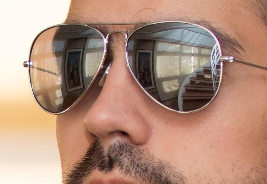 100% crop, sinais mínimos de aberração cromática de eixo, no óculos cromado; resolução impecável na abertura máxima.