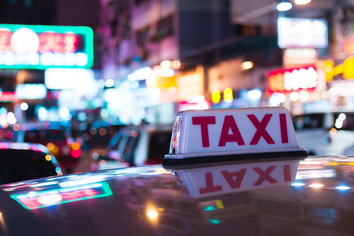 """""""Taxi"""" em f/2.8 1/15 ISO100 @ 50mm; bokeh máximo desta zoom, sob distâncias normais de trabalho."""