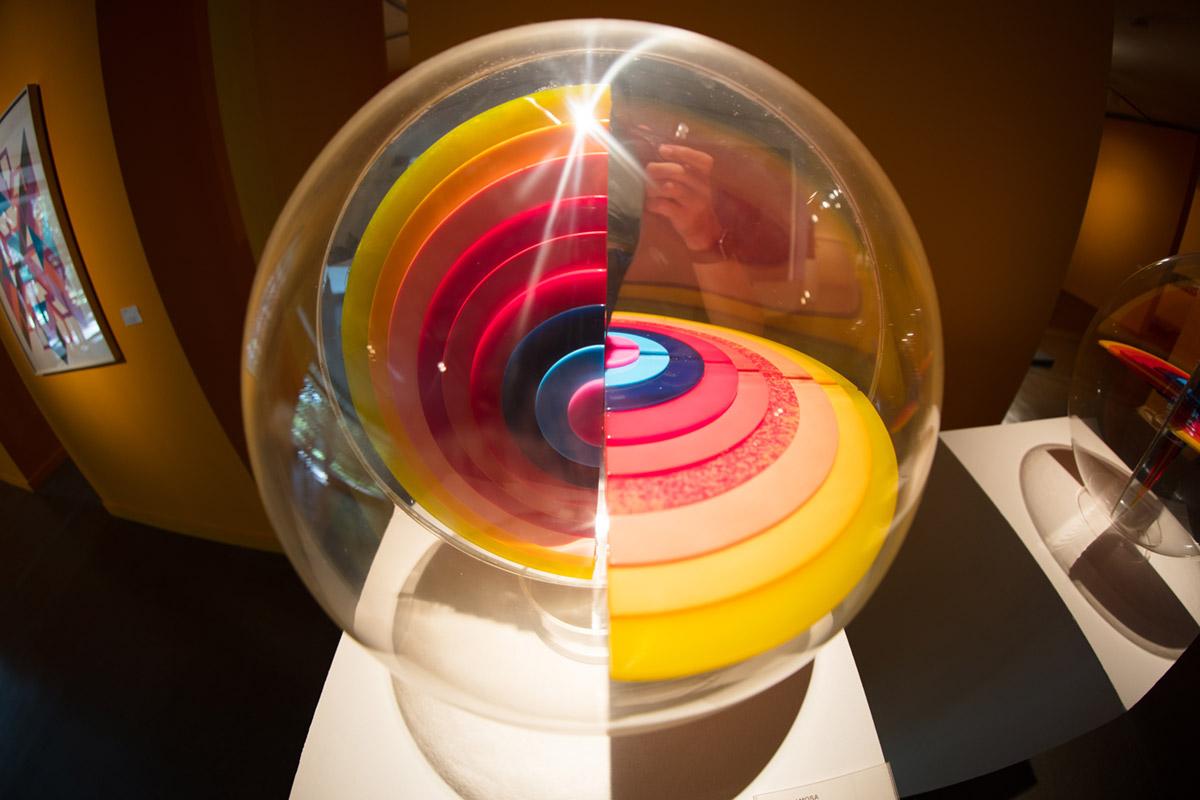 """""""Esfera"""" em 1/50 ISO250; anotação em f/2.8; cores, cores e mais cores da Canon EOS."""
