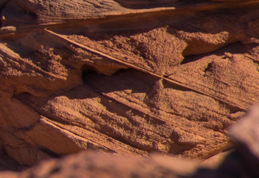 Crop 100%, a resolução dos 24MP mostra detalhes nas texturas das pedras.