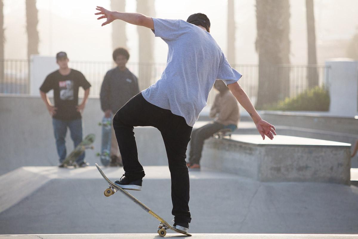 """""""Skate II"""" em f/5.6 1/1600 ISO500 @ 187mm; sujeito distante, em destaque contra o fundo."""