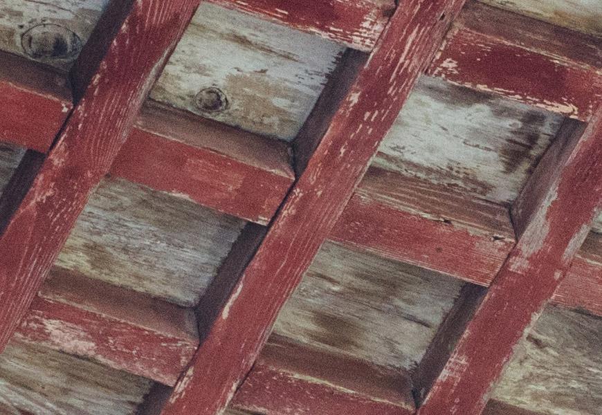100% crop, detalhes de texturas, como madeira, são bem renderizadas no projeto médio-telephoto.