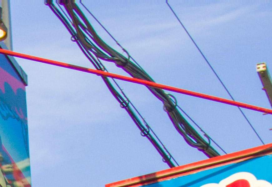 Crop 100%, contornos finos, de alto contraste, ganham linhas coloridas.