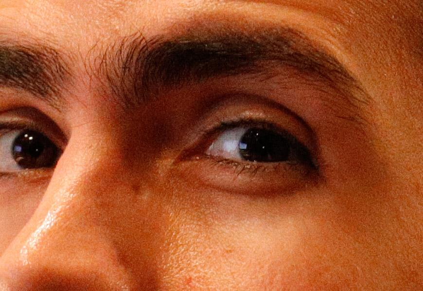 Crop 100%, textura da pele e cores intactas são mantidas, mesmo em ISOs já altíssimos.