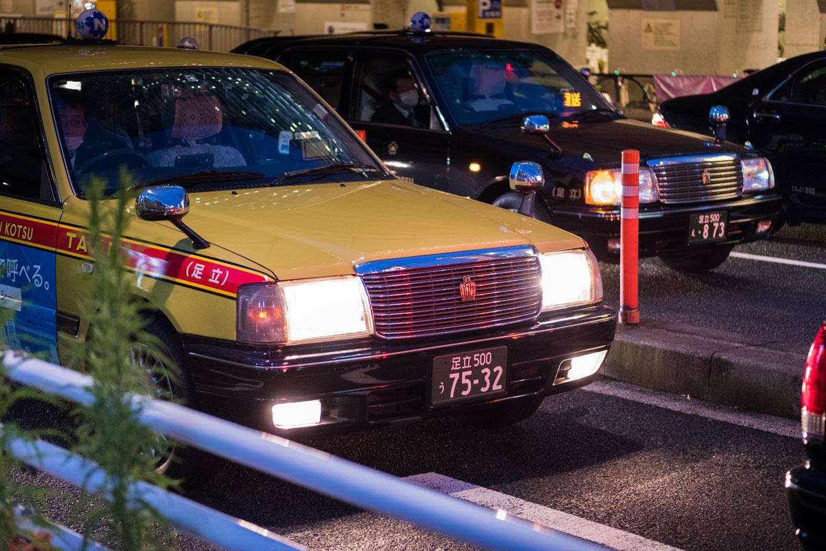 """""""Faróis II"""" em f/2 1/125 ISO3200; resistência impressionante ao flaring, nas ruas de Tokyo."""
