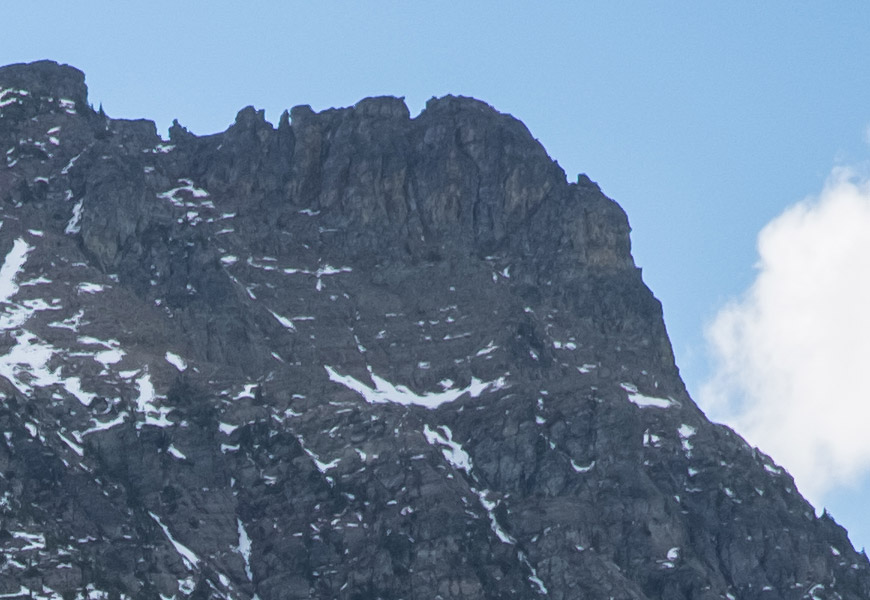 Crop 100%, aberrações contra fundos claros, como entre as montanhas e o céu.